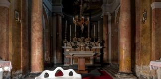 Souvenir 2015 inox specchiante, cristallo 80x115x220 Courtesy Claudio Poleschi Arte Contemporanea