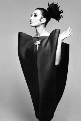 Alberta Tiburzi indossa The envelope dress di Cristobal Balenciaga. Harpers Bazaar, giugno 1967