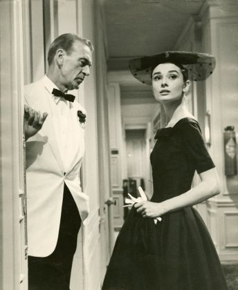 "Audrey Hepburn veste Givenchy sul set di ""Love in the Afternoon"" (1957)"