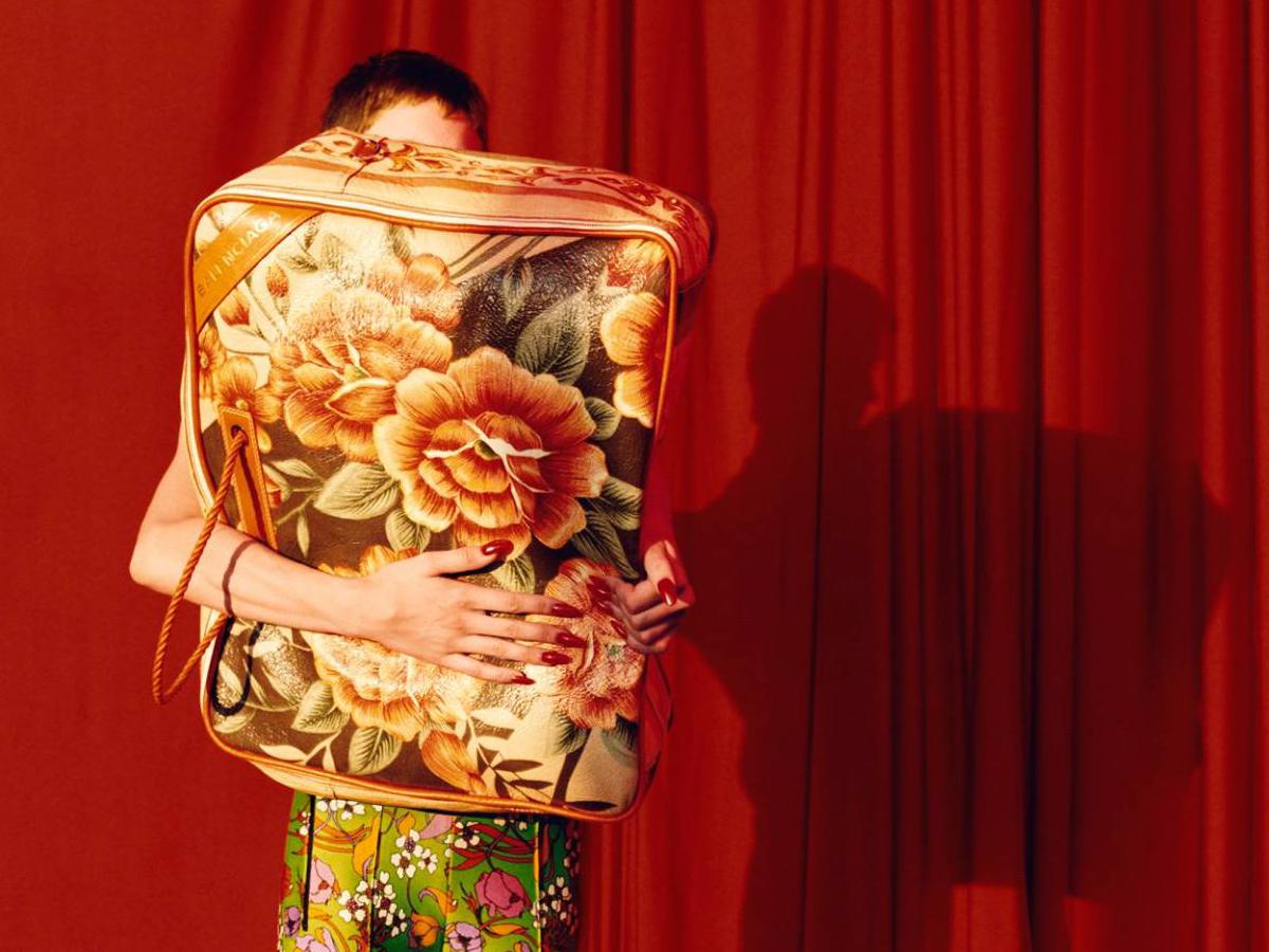 Balenciaga, la maxi bag che ricorda il contenitore di un piumone