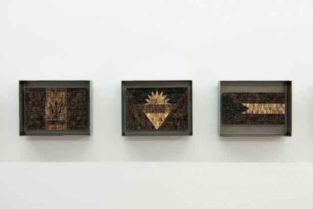 Bertille Bak, Les Complaisants, 2014, intarsi di capelli, cornice metallica, edizione unica + 1AP, 17,5 x 22,5 x 5 cm (incorniciato), courtesy The Gallery Apart Roma, photo Giorgio Benni
