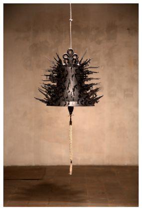 Roberto Pietrosanti Non Avere Timore. Campana 2016 fusione in bronzo patinato nero cm 70x70 (ca) proprietà dell'artista. Fotografia di Leonardo Aquilino.