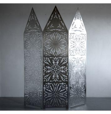Roberto Pietrosanti Non Avere Timore. Iconostasi, 1 2016 acciaio inox traforato cm 200x150 proprietà dell'artista. Fotografia di Leonardo Aquilino.