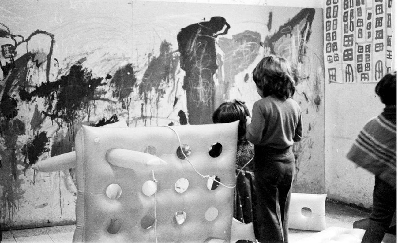 Franco Mazzucchelli, Meccano gonfiabile, Scuola Montessori, via Milazzo, Milano, 1967. Fotografia F. Mazzucchelli