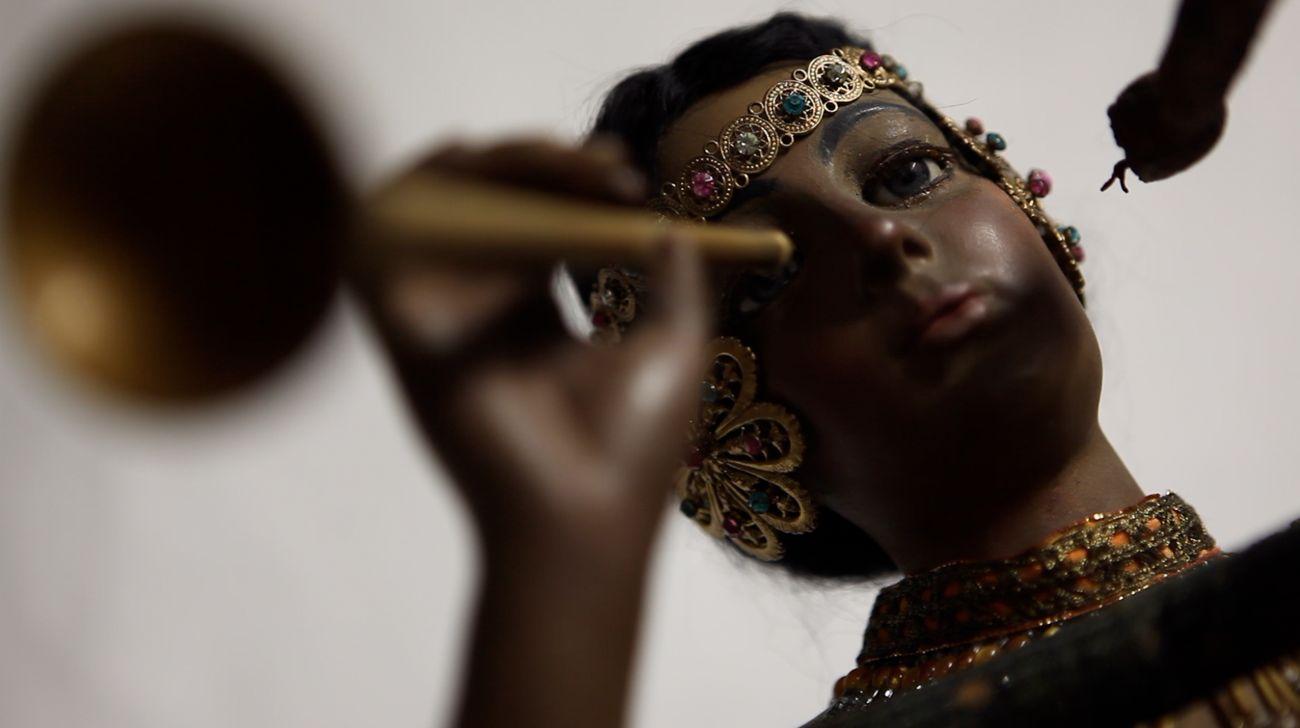 Latifa Echakhch, Zulma la charmeuse de serpent, 2018. Still da video © Latifa Echakhch. Courtesy kamel mennour, Parigi-Londra, kaufmann repetto, Milano-New York, Galerie Eva Presenhuber, Zurigo-New York, Dvir Gallery, Brussels-Tel Aviv