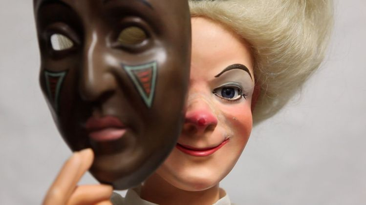 Latifa Echakhch, Clown aux masques, 2018. Still da video © Latifa Echakhch. Courtesy kamel mennour, Parigi-Londra, kaufmann repetto, Milano-New York, Galerie Eva Presenhuber, Zurigo-New York, Dvir Gallery, Brussels-Tel Aviv
