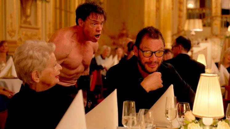 La performance dell'uomo gorilla nel film The Square (2017) di Ruben Östlund