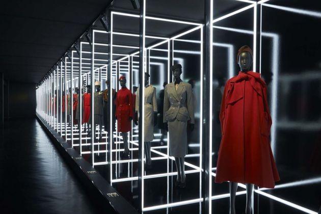 La storia di Dior in 300 abiti, mostra per i 70 anni della maison al Musée des arts decoratifs