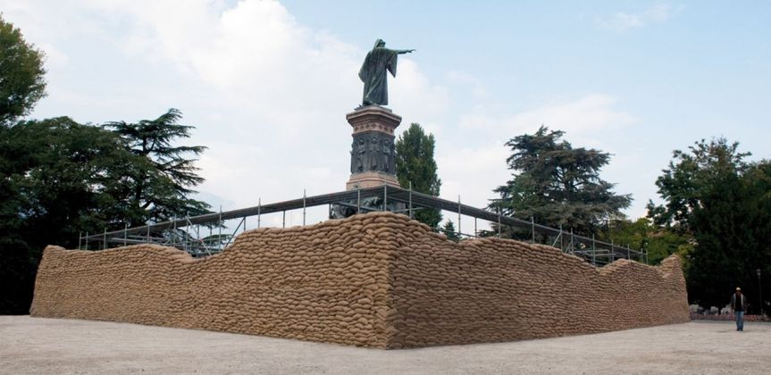 Lara Favaretto, Momentary Monument (Wall), 2009, Trento. Courtesy l'artista & Galleria Franco Noero, Torino. Photo Giulia Parri