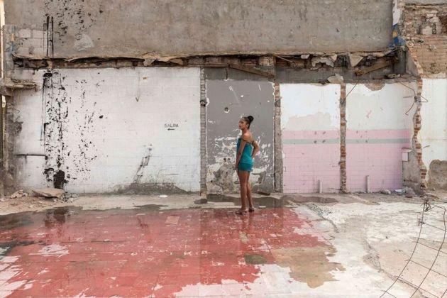 """Teresa Margolles,Pista de baile de la discoteca, """"Tlaquepaque"""" (Pista da ballo della discoteca""""Tlaquepaque""""), 2016, Stampa su carta cotone, Prostituta transessuale in piedi sul pavimento della pista da ballo del club demolito a Ciudad Juárez, Mexico, 45x64,5 cm, con cornice Courtesy dell'artista"""