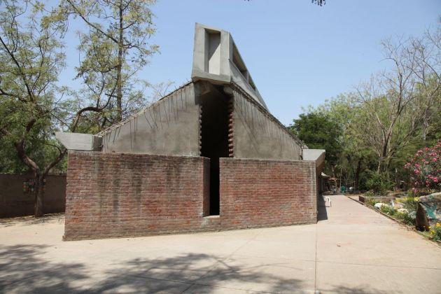 Sopralluogo al cantiere di costruzione dell'estensione del Kanoria Art center di Ahmedabad insieme a Chhaia Nilu Nilkhant, allora direttore del CEPT, la scuola di architettura e urbanistica fondata da Doshi ad Ahmedabad