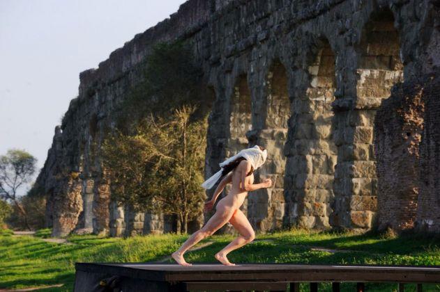 Scena con performance d'arte contemporanea ne La Grande Bellezza
