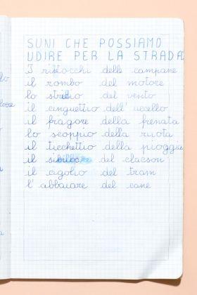 Suoni che possiamo udire per la strada. Lista sul quaderno di un bambino di seconda elementare di Milano, 1980
