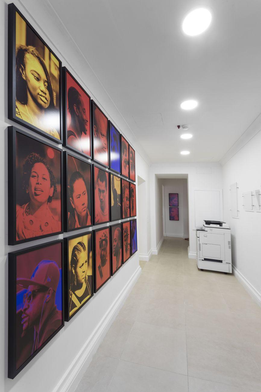 Un'opera di Marinella Senatore in una delle stanze di Banca Widiba a Napoli