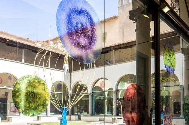 Cortile del Museo Novecento, Firenze 2018. Opere di Paolo Masi (vetrate) e Marco Bagnoli