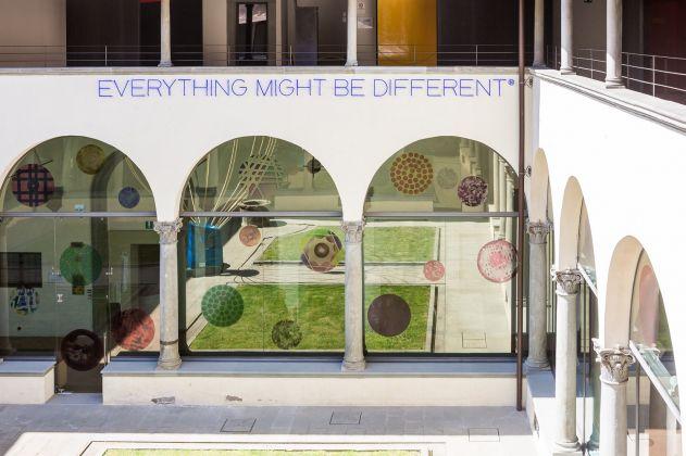 Cortile del Museo Novecento, Firenze 2018. Opere di Maurizio Nannucci (installazione a neon) e Paolo Masi (vetrate)