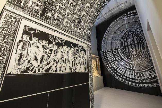 riproduzione del fregio dell'arco di Tito e della pianta del Colosseo