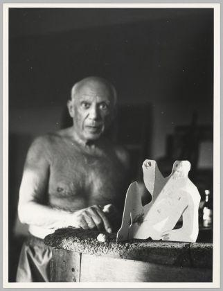 """Anonimo, Picasso accanto alla scultura in matita di grafite su cartone piegato """"Uomo seduto appoggiato ai gomiti da Le Déjeuner sur l'herbe"""", 28 agosto 1962. Stampa non datata. Musée national Picasso-Paris. Dono eredi Picasso, 1992"""