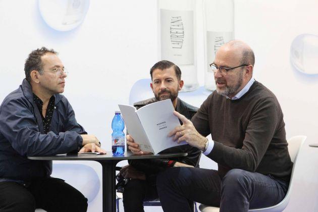 Andrea Fustinoni ad Artissima 2017, con Fabio - compagno con cui condivide le scelte collezionistiche - e Pierre Bal Blanc