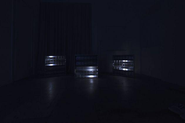 Claude Eigan, Under C Level. Plafoniere da soffitto, tubi neon rotti, luci LED 'breathing'.Dimensioni variabili, 2016