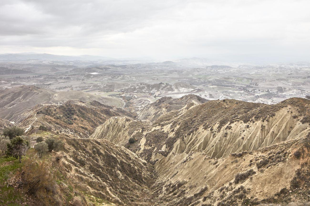 Collina Materana. Guardando giù verso i dirupi dei calanchi di Pisticci – Urban Reports, Alessandro Guida