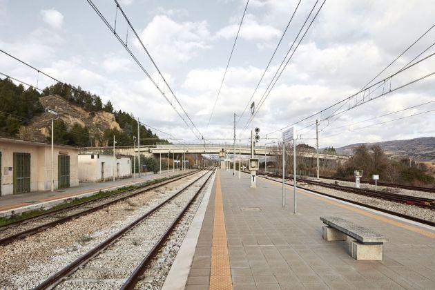Collina Materana. Stazione di Ferrandina Scalo, nessuno ad aspettare il treno – Urban Reports, Alessandro Guida