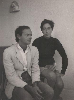 Cy Twombly e Giosetta Fioroni a Sperlonga. Photo © Plinio De Martiis