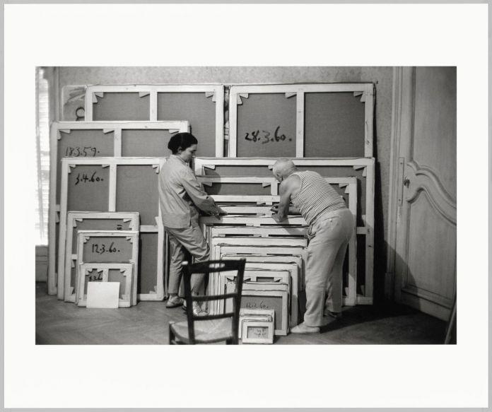 David Douglas Duncan, Pablo Picasso e Jacqueline Roque sistemano le tele il giorno delle firme nell'atelier di La Californie, Cannes, settembre 1960. Musée national Picasso-Paris, Dono David Douglas Duncan, 2014