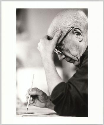 """David Douglas Duncan, Pablo Picasso dipinge la serie """"Pepe Illo"""" all'acquatinta nell'atelier di La Californie, Cannes, estate 1957, Stampata nel 2013. Musée national Picasso-Paris. Dono David Douglas Duncan, 2014"""