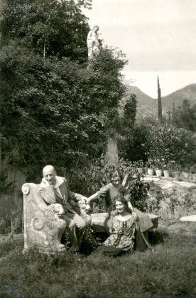 D'Annunzio con Luisa e Jolanda Baccara. Archivio Fondazione Vittoriale degli Italiani