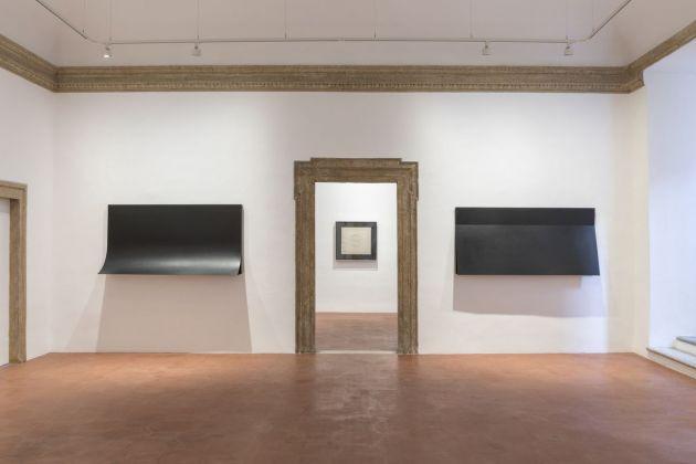 Francesco Lo Savio. I Metalli (1962 e 1960) nella prima sala, con al centro il Filtro (1959-60) nella seconda sala