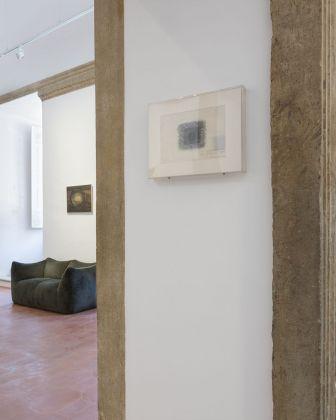 Francesco Lo Savio. L'opera su carta A Marianna (1962) nel passaggio tra l'ingresso e la prima sala, con sullo sfondo l'opera Untitled del 1958