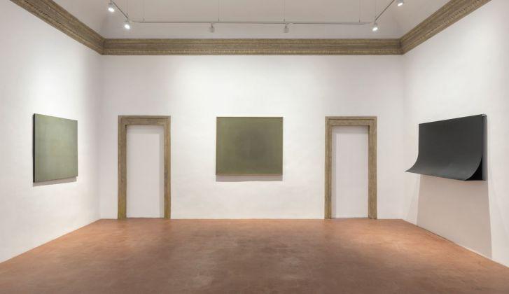 Francesco Lo Savio. Prima sala della galleria con due Spazio Luce (1959 e 1960) e un Metallo del 1962