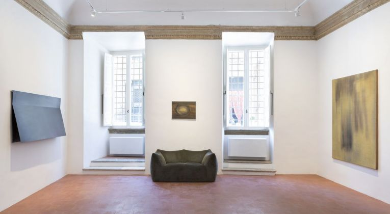 Francesco Lo Savio. Prima sala della galleria con un Metallo del 1960, l'opera Untitled su carta del 1958 e uno Spazio Luce del 1958