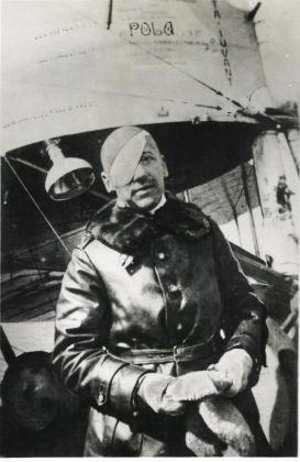Gabriele D'Annunzio in partenza per il volo su Cattaro. Archivio Fondazione Vittoriale degli Italiani