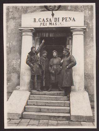 Gabriele D'Annunzio fra Rizzo, De Santis e Ciano prima della partenza per Buccari. Archivio Fondazione Vittoriale degli Italiani