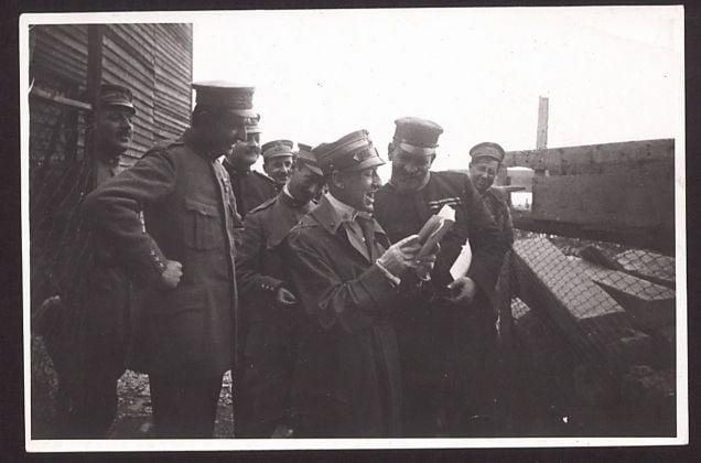 Gabriele D'Annunzio legge il testo del messaggio della Beffa di Buccari. Archivio Fondazione Vittoriale degli Italiani