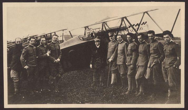 I piloti schierati prima della partenza per il volo su Vienna. Archivio Fondazione Vittoriale degli Italiani