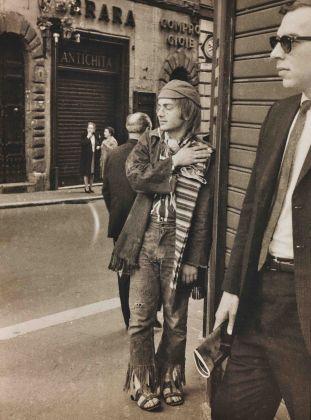 Luigi Leoni Hippie, Roma 1970 stampa Fine Art a getto d'inchiostro, 33,8x25 cm ed. 1 di 2 + 1PA courtesy dell'Archivio Leoni / Archivi Alinari