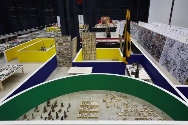Matt Mullican. The Feeling of Things. Exhibition view at Pirelli HangarBicocca, Milano 2018. Photo Agostino Osio. In primo piano The M.I.T. Project, 1990-2009. Courtesy dell'artista, MACBA, Barcellona e Pirelli HangarBicocca