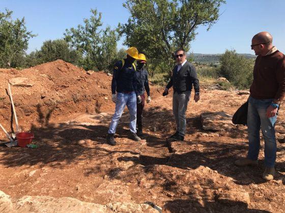 Giovani migranti a lavoro in un sito archeologico nel ragusano. In foto col Soprintendente Calogero Rizzuto e l'archeologo Saverio Scerra. Progetto sperimentale SPRAR e Soprintendenza di Ragusa