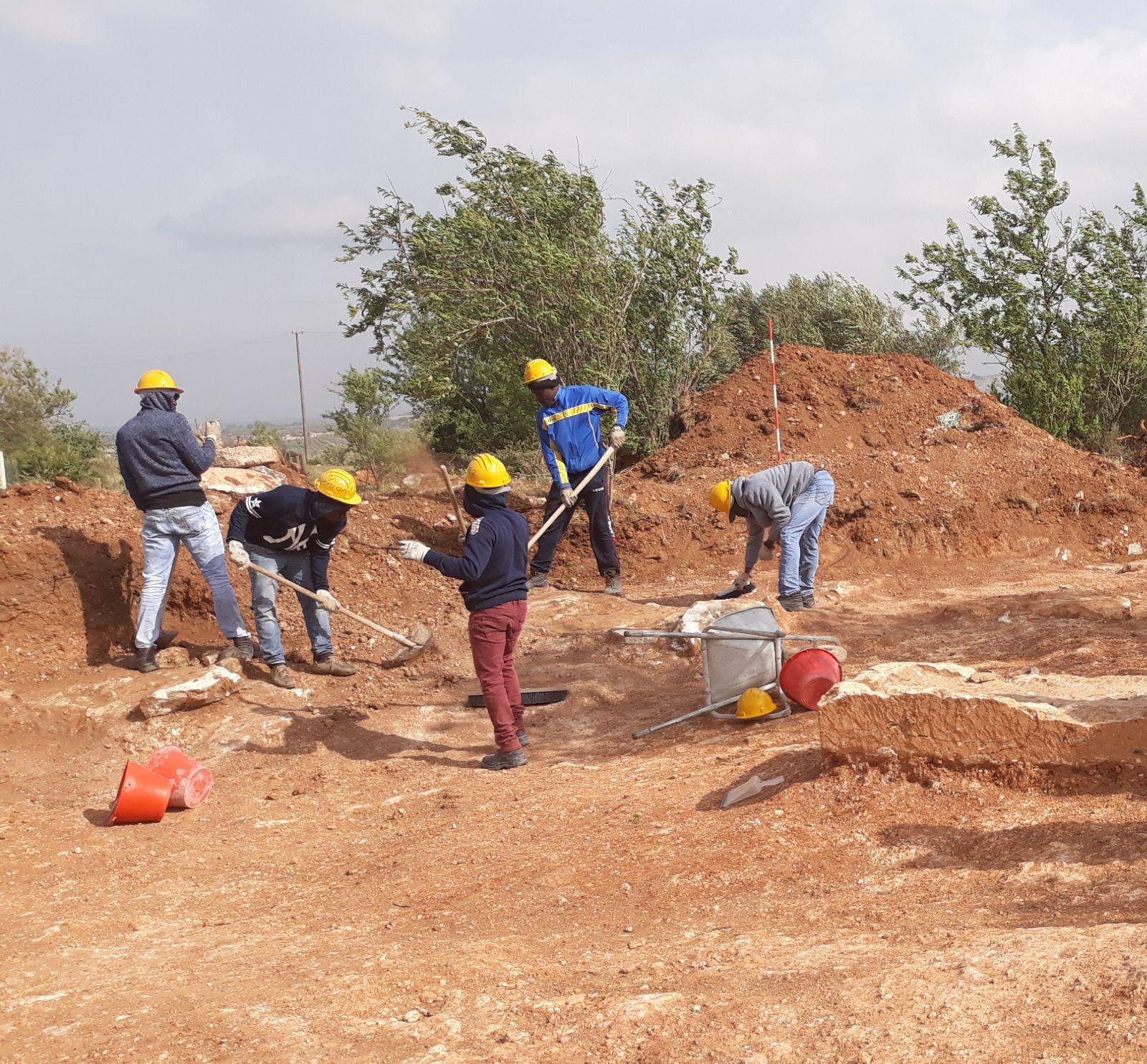 Giovani migranti a lavoro in un sito archeologico nel ragusano progetto sperimentale SPRAR e Soprintendenza di Ragusa