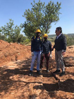 Giovani migranti a lavoro in un sito archeologico nel ragusano. In foto col Soprintendente Calogero Rizzuto. Progetto sperimentale SPRAR e Soprintendenza di Ragusa