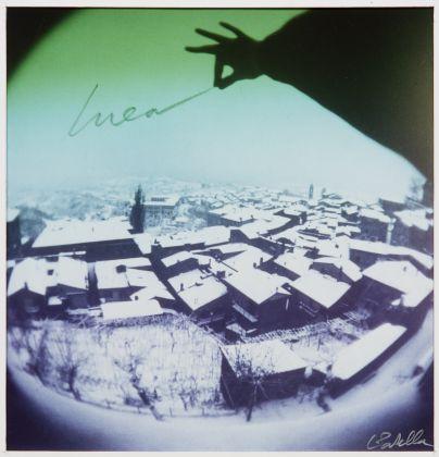 Luca Maria Patella,Luca firma il cielo di Montefolle, 1970 Scrittura sperimentale su fotografia Centro per l'Arte Contemporanea Luigi Pecci, Prato Donazione dell'artista