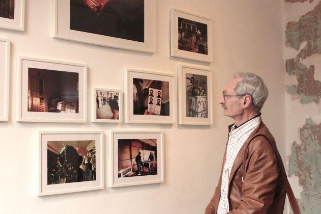 Piero Gilardi in visita alla mostra di Rawsht Twana. Twelve Hours. Associazione Quasi Quadro, Torino 2018