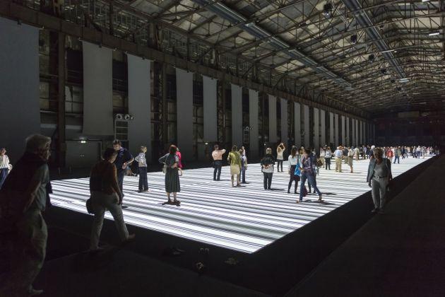 """Audiovisuelle Installation """" test pattern ( 100m Version )"""" des japanischen Komponisten und bildenen Künstlers Ryoji Ikeda"""