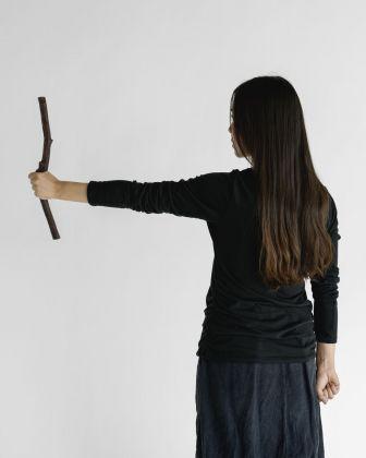 Sharon Lockhart, Nine Sticks in Nine Movements. Movement Nine, 2018 © Sharon Lockhart, 2018. Courtesy l'artista, neugerriemschneider, Berlino e Gladstone Gallery, New York e Bruxelles