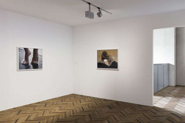 Torbjørn Rødland. The Touch That Made You. Exhibition view at Fondazione Prada Osservatorio, Milano 2018. Courtesy Fondazione Prada. Photo Andrea Rossetti. A sx, Bathroom Tiles, 2010-13. A dx, Comb Over, 2015-16