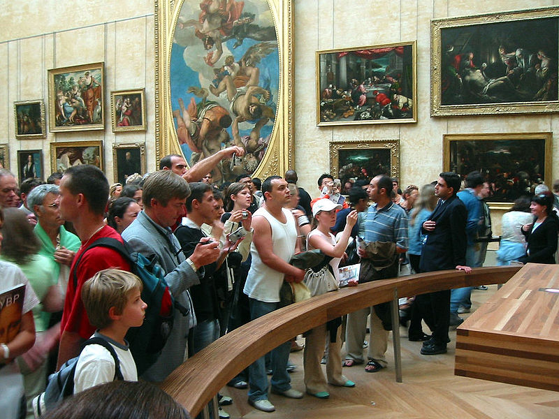 Visitatori del Louvre di fronte alla Mona Lisa
