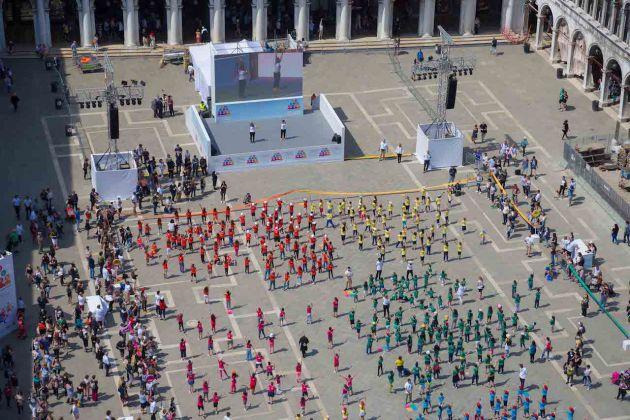 Alcune immagini dalla performance di Marinella Senatore a Venezia insieme a mille bambini. Ph Riccardo Ciriello